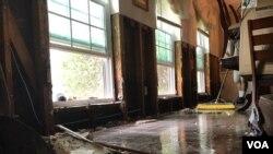 Con la disminución de las lluvias, el agua ha comenzado a retroceder en algunas áreas de Houston y los residentes han comenzado el difícil proceso de limpieza y reconstrucción. Foto: Celia Mendoza, VOA. Agosto 30, 2017.