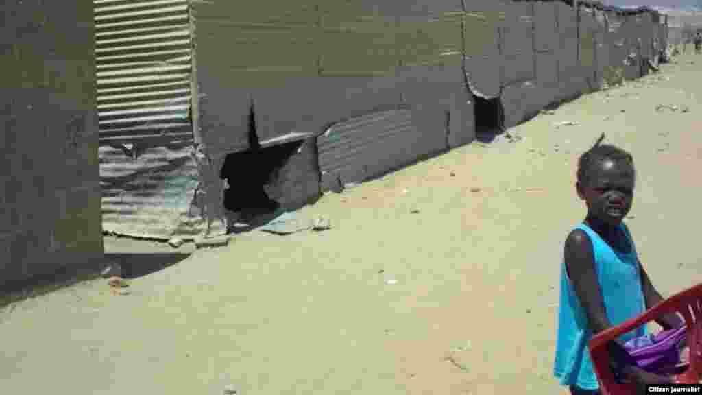 As salas de aula com paredes de chapa, na Escola Viva a Paz. O olhar de um ouvinte da VOA pelo Ensino Primário, província de Benguela, Angola. Março 2014