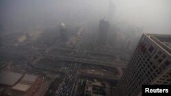 大楼和国贸桥掩映在北京浓厚的雾霭之中(资料照片)