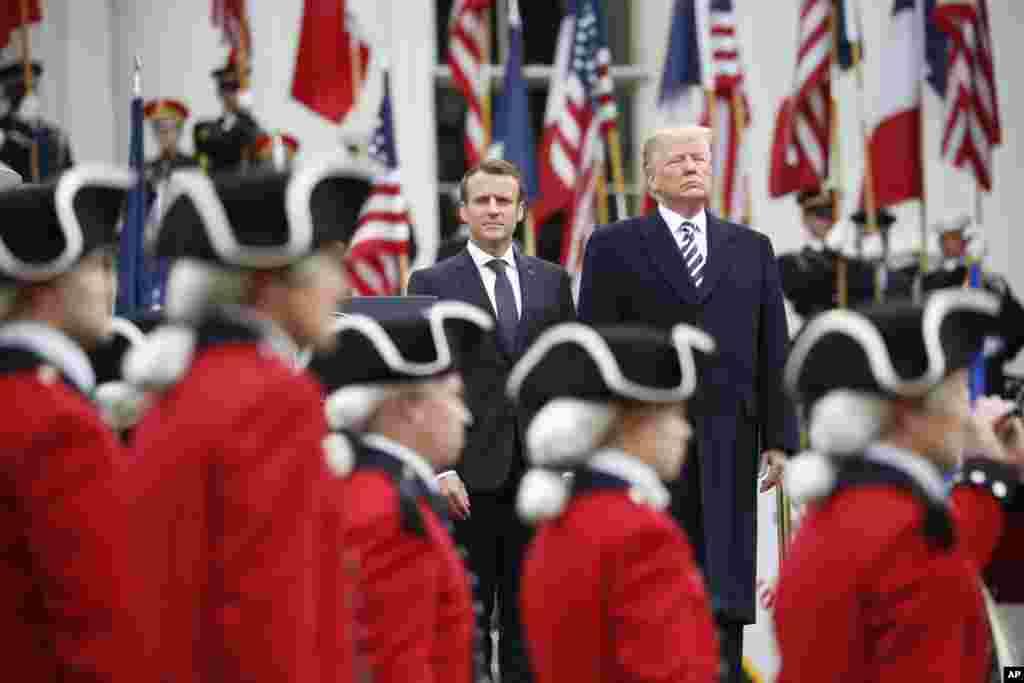 2018年4月24日,美國總統川普和第一夫人梅拉尼婭為法國總統馬克龍及其夫人布里吉特在白宮南草坪上舉行歡迎儀式。