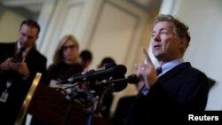 미국 공화당의 랜드 폴 상원의원이 25일 의회에서 열린 기자회견에서 당 지도부가 추진하는 건강보험개혁법안에 대한 반대 입장을 밝히고 있다.