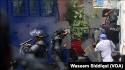 پاکستان کوارٹرز کے خلاف پولیس سے جھڑپوں کا ایک منظر