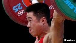 지난해 영국 런던 올림픽에서 역도 남자 62kg 급 금메달을 차지한 김은국 선수. (자료사진)