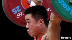 지난해 영국 런던 올림픽에서 역도 남자 62kg 급 금메달을 차지한 북한의 김은국 선수. (자료사진)