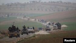 알카에다 연계단체인 '누스라 전선' 병사들이 지난해 12월 시리아 이들리브 남부 지역을 장악한 후 주변 마을을 순찰하고 있다.