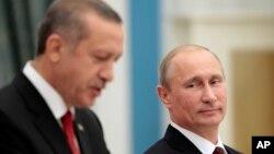 Tổng thống Nga và Thủ tướng Thổ Nhĩ Kỳ sau cuộc họp tại điện Kremlin hôm 18/7.