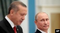 블라디미르 푸틴 러시아 대통령(오른쪽)과 레제프 타이이프 에르도안 터키 총리가 지난 2012년 러시아 모스크바 크렘림 궁에서 공동기자회견을 하고 있다. (자료사진)