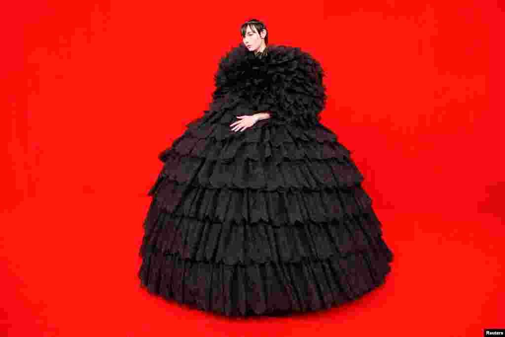 Parisdə keçirilən Paris Moda Həftəsinə gələn qonaq