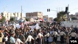 Ribuan orang melakukan protes menentang Houthis di Sana'a, Yaman, 11 Februari 2015. (Foto: Z. al-Alyaa for VOA)