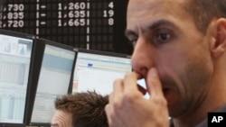 图为交易者9月12日在德国法兰克福的股票交易所跟踪股市行情