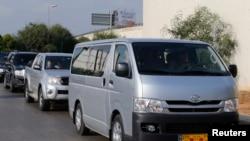 Ðoàn xe chở các thanh sát viên vũ khí hóa học rời sân bay quốc tế Beirut, ngày 30/9/2013.
