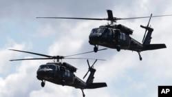 Helicópetros Chinook estadounidenses participan en un ejercicio militar. Una aeronave similar se estrelló la noche del martes en Florida.