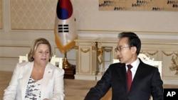 23일 청와대에서 일리아나 로스-레티넨 미 하원 외교위원장(왼쪽)과 환담하는 이명박 대통령.