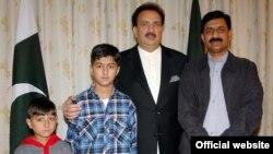 ضیاالدین یوسف زئی اپنے بیٹوں کے ہمراہ وزیرداخلہ سے ملاقات