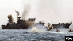Sebuah kapal perang Iran melakukan latihan perang di Teluk Persia (foto: dok.).