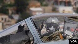Un piloto francés, a bordo de su Mirage 2000, se prepara para iniciar una nueva misión en Libia.