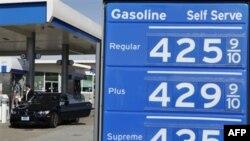 Giá xăng tăng cao tại một trạm xăng Chevron ở San Francisco, 4/3/2011