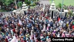 Petani di Ogan Ilir, Sumatra Selatan, berdemonstrasi di kantor polisi terkait konflik lahan. (Foto: Walhi)