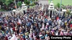 Petani Ogan Ilir, Sumatra Selatan, dalam protes terhadap polisi terkait konflik lahan baru-baru ini. (Photo courtesy of Walhi)