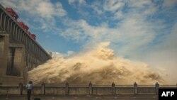 """Vlasti su odlučile da otpuste vodu iz brane """"Tri klisure"""", gigatnske hidroelektrane na reci Jangce da bi se smanjio pritisak vode zbog poplava, 19. jula 2021."""