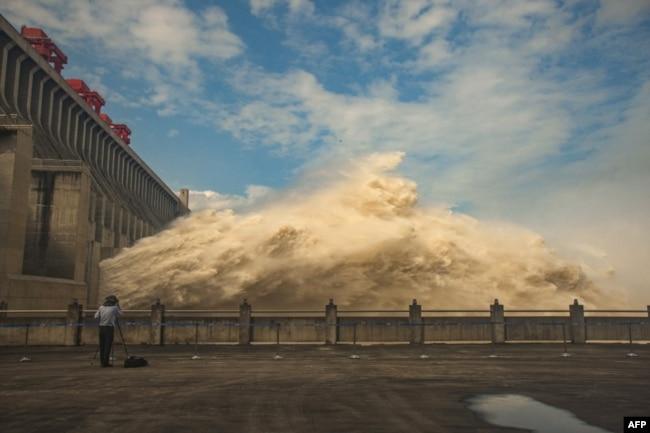 中国湖北三峡大坝开闸泄洪。(2020年7月19日)