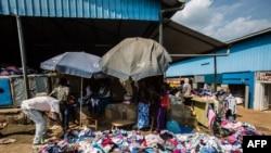 Des vêtements d'occasion sont vendus au marché de Gisozi, l'un des rares encore en activités, à Kigali, Rwanda, 8 juin 2018.