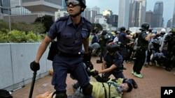 Một người biểu tình bị cảnh sát bắt trong khi tìm cách vây quanh một trụ sở chính quyền