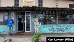 Façade principale du Restaurant de mets locaux Bobar, Lomé, 7 octobre 2020. (VOA/Kayi Lawson)
