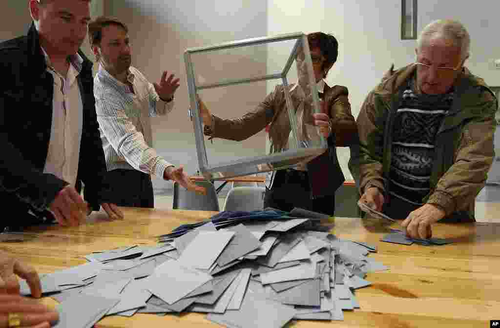 Election officials empty a ballot box to count votes of the second round of the 2012 French presidential election in Illkirch-Graffenstaden near Strasbourg, May 6, 2012. (Reuters)