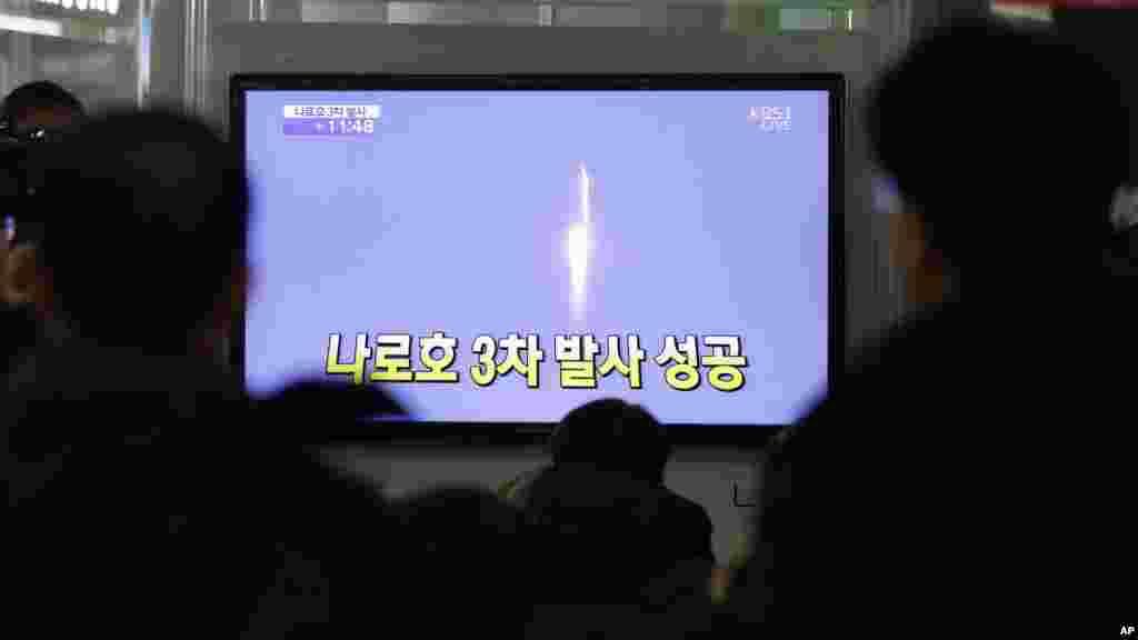 30일 한국 서울역 대합실에서 나로호 발사를 보도를 시청하는 시민들.