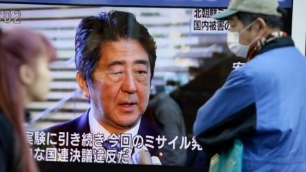 日本东京行人2月7日在街头观看首相安倍晋三就朝鲜发射远程导弹的讲话。
