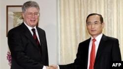 Алексей Бородавкин (слева) и Ви Сон Нак. Сеул. Южная Корея. 11 октября 2010 года