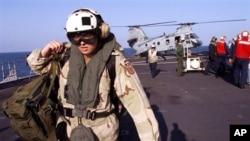 Les marines américaines débarquent d'un hélicoptère CH-46 'Frog' après avoir atterri sur le pont de l'USS Mount Whitney, le centre de commandement et de contrôle d'une équipe spéciale dirigée pour la Corne de l'Afrique, 17 décembre 2002.