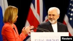 محمدجواد ظریف وزیر خارجه ایران و فدریکا موگرینی نماینده گروه ۱+۵ در نشست خبری مشترک در وین برای اعلام حضول توافق - ۲۳ تیر ۱۳۹۴
