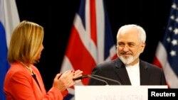 Javad Zarif, ministre iranien des Affaires étrangères, en compagnie de la responsable de la diplomatie européenne, Federica Mogherini, Vienne, Austriche, le 14 Juillet 2015. (REUTERS/Leonhard Foeger)