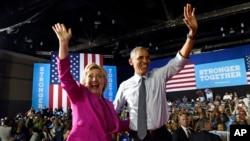 奧巴馬總統和希拉里·克林頓在北卡羅來納州的競選大會後(2016年7月5日)