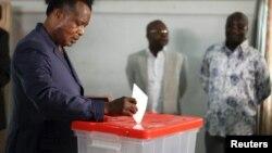 Le président du Congo-Brazzaville Denis Sassou Nguesso vote à Brazzaville, Congo, en octobre 2015.
