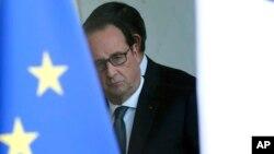 法国总统奥朗德在巴黎的爱丽舍宫安全会议后,从玻璃门向外看(2015年11月14日)