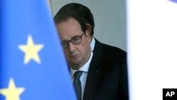 Rais wa Ufaransa, Francois Hollande anaonekana akiwa nyuma ya kioo baada ya kufanya mkutano wa kutathmini hali ya usalama Paris, Nov. 14, 2015.