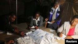 Petugas pemilu Zimbabwe menghitung surat suara di Harare (16/3).