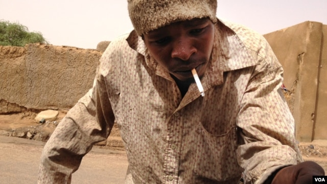 A man whose hand was amputated under Sharia law in Mali. (Idriss Fall/VOA)