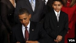 El presidente Barack Obama firma en la Casa Blanca una orden ejecutiva sobre la Excelencia en la Educación para los Hispanos.