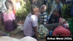 Familia ikiwalilia ndugu zao waliouawa na kundi la waasi wa ADF huko Beni, Kivu kaskazini, Novemba15 2019. (VOA/Erikas Mwisi)