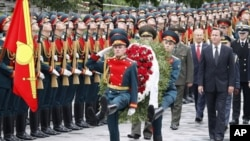 Britain's Prime Minister David Cameron (2nd R) takes part in a wreath laying ceremony at the Tomb of the Unknown Soldier by the Kremlin Wall, during his visit to Moscow, September 12, 2011.