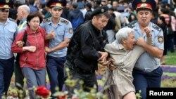 Polisi Kazakhstan menangkap para pendukung oposisi dalam aksi protes menentang pemilu di ibu kota Almaty, Minggu (9/6).