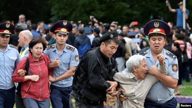Polis Almatıda etirazçıları saxlayır, 9 iyun, 2019.