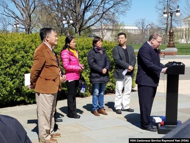 美国国会及行政当局中国委员会共同主席、联邦众议员史密斯在国会大厦外面讲话,中国人权活动人士站在后面(2016年3月29日)