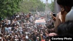 Puluhan ribu pelayat hari Kamis (23/6) menghadiri prosesi pemakaman penyanyi sufi terkenal Amjad Sabri.