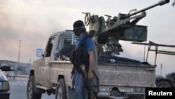 یکی از پیکارجویان دولت اسلامی عراق و شام (داعش) در حومه شهر موصل، عراق