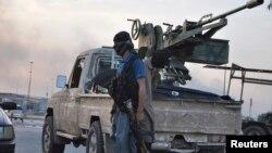 Anggota militan Sunni Irak siaga di kota Mosul (11/6).